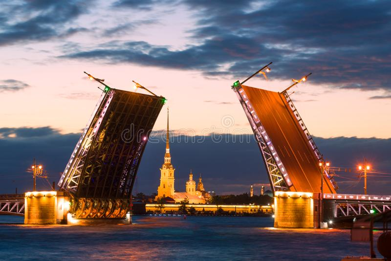 Rozwiedziony pałac most i Cathedra Peter i Paul, biała noc Petersburg zdjęcia stock