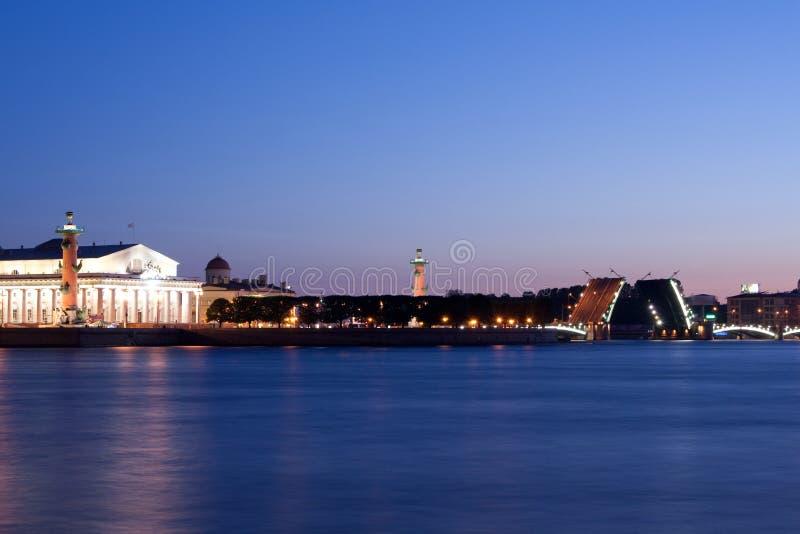Rozwiedziony pałac most podczas Białych nocy, St Petersburg, Rosja Lipiec 3, 2010 obraz royalty free