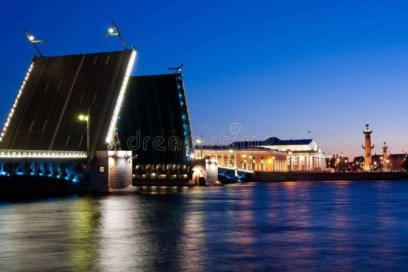 Rozwiedziony pałac most podczas Białych nocy, St Petersburg, Rosja Lipiec 3, 2010 zdjęcie stock