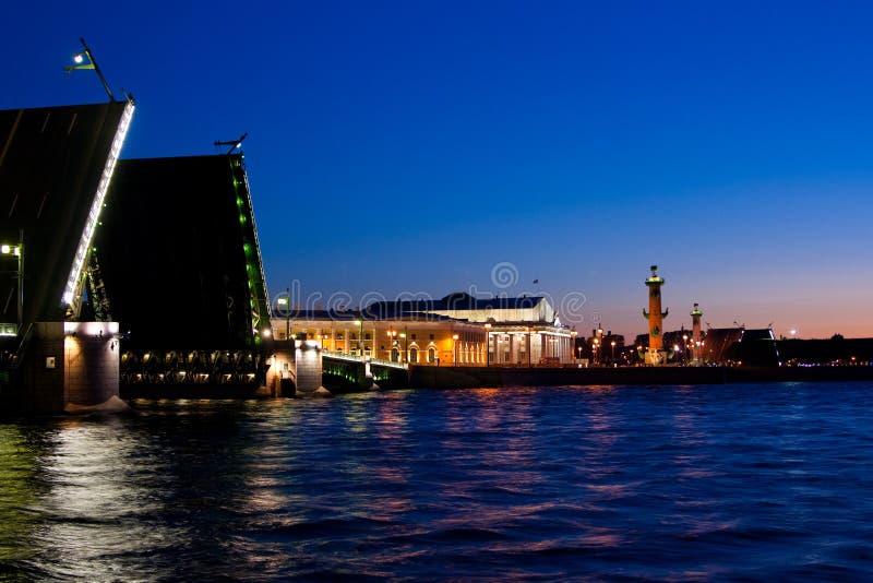 Rozwiedziony pałac most podczas Białych nocy, St Petersburg, Rosja Lipiec 3, 2010 obrazy stock