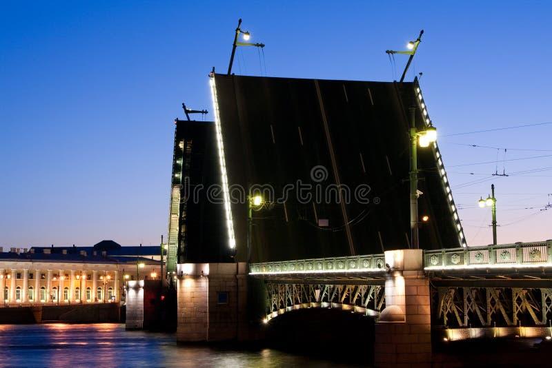 Rozwiedziony pałac most podczas Białych nocy, St Petersburg, Rosja Lipiec 3, 2010 zdjęcia stock