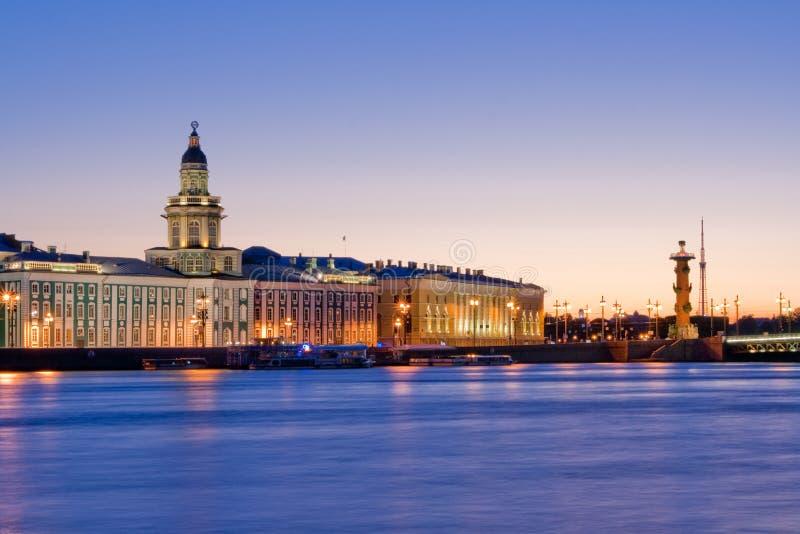 Rozwiedziony pałac most podczas Białych nocy wiev na Kuntskamera, St Petersburg, Rosja Lipiec 3, 2010 obrazy stock