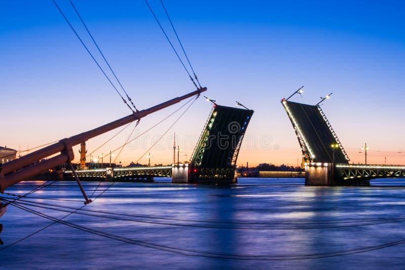 Rozwiedziony pałac most podczas Białych nocy wiev na Kuntskamera, St Petersburg, Rosja Lipiec 3, 2010 obraz royalty free