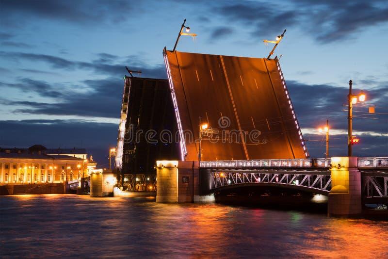 Rozwiedziony pałac most - symbol Petersburg Czerwiec noc Rosja zdjęcie royalty free