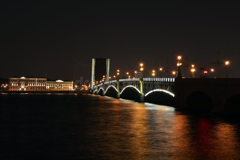 Rozwiedziony trójca most na lato nocy obraz stock