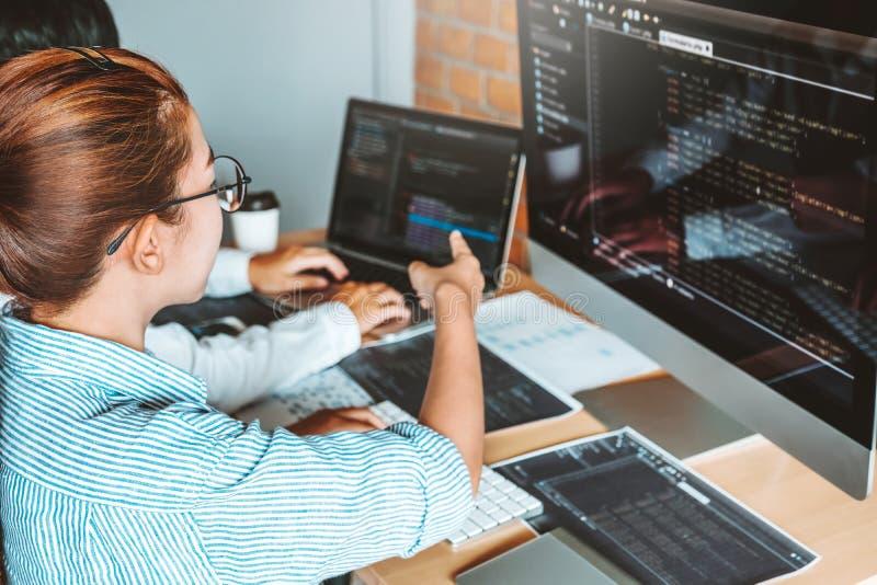 Rozwija programistów komputerowych kodów rozwoju drużynowa czytelnicza strona internetowa i cyfrowanie technologie projektujemy obraz stock