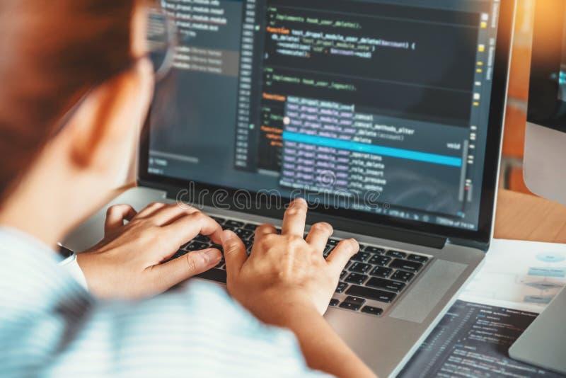 Rozwija programista czyta komputerowych kodów rozwoju stronę internetową projektuje i kodować technologie zdjęcie stock