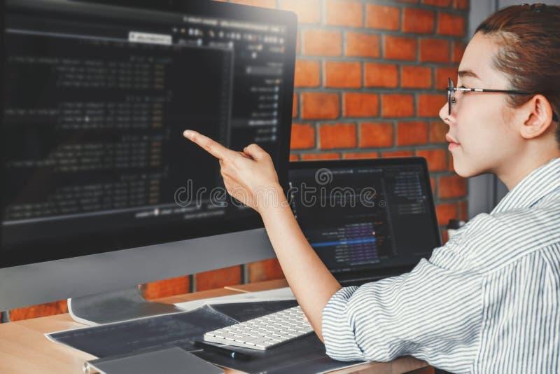 Rozwija programista czyta komputerowych kodów rozwoju stronę internetową projektuje i kodować technologie zdjęcia stock