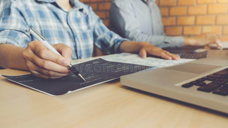 Rozwija programisty rozwoju Drużynowa strona internetowa projektuje i kodować technologie pracuje przy firmy softwarowej biurem obrazy stock