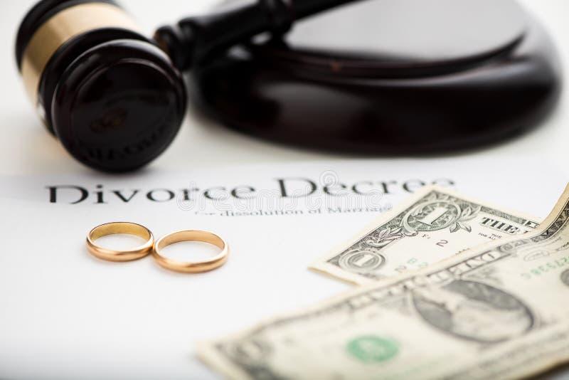 Rozwodowy dekret, młoteczek i obrączki ślubne, fotografia stock
