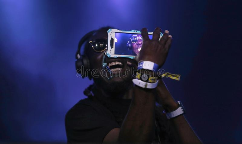 RP Wygwizduje Selfie podczas żywego elektronicznej muzyki przedstawienia zdjęcie stock