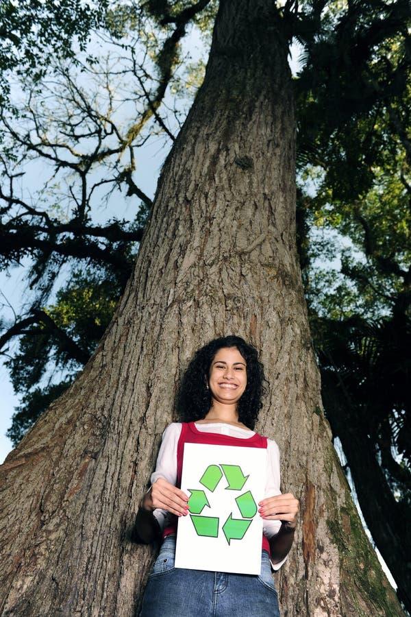 Rrecycling: vrouw voor een boom royalty-vrije stock afbeelding