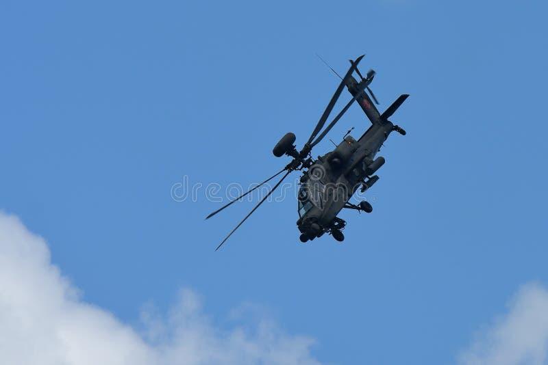 RSAF AH-64D Apache spełniania śmigłowcowi aerobatics przy Singapur Airshow fotografia stock