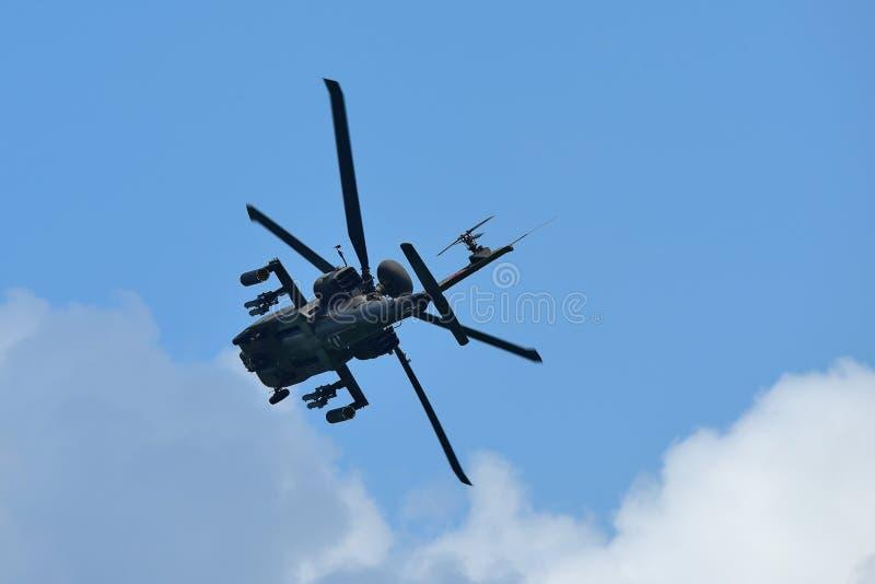 RSAF AH-64D Apache spełniania śmigłowcowi aerobatics przy Singapur Airshow obrazy royalty free