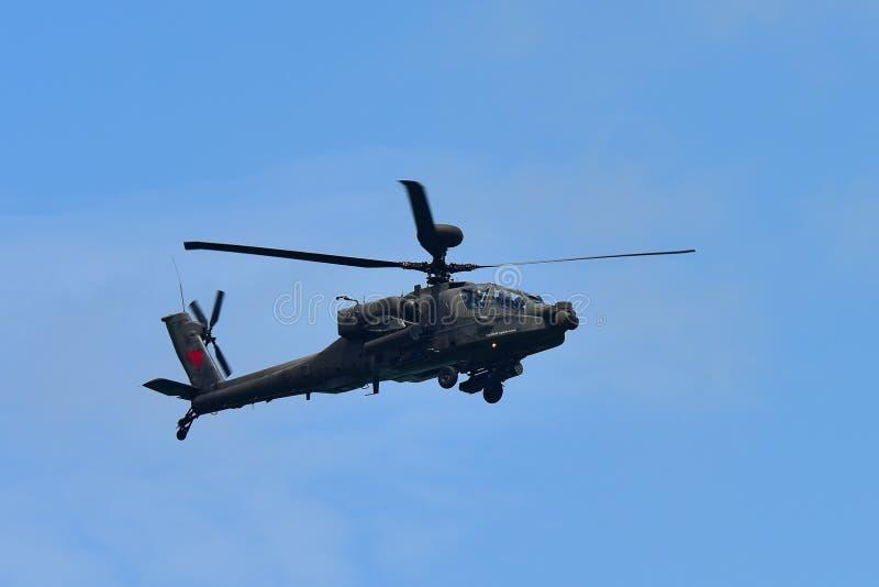 RSAF AH-64D Apache spełniania śmigłowcowi aerobatics przy Singapur Airshow zdjęcia royalty free