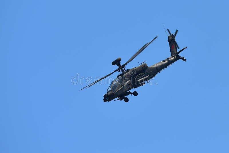 RSAF AH-64D Apache spełniania śmigłowcowi aerobatics przy Singapur Airshow obraz stock