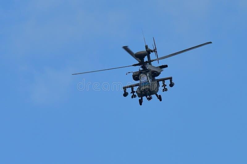 RSAF AH-64D Apache spełniania śmigłowcowi aerobatics przy Singapur Airshow fotografia royalty free