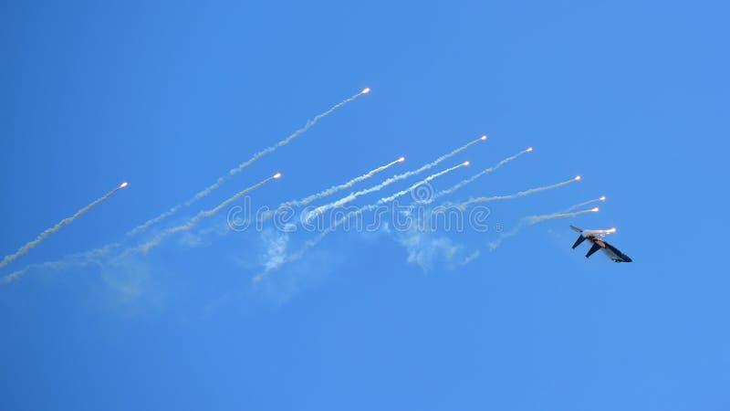 RSAF F-15SG figher strumienia spełniania aerobatics przy Singapur Airshow obraz royalty free