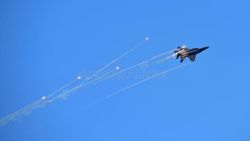 RSAF F-15SG figher strumienia spełniania aerobatics przy Singapur Airshow zdjęcie stock