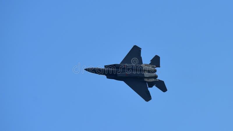 RSAF F-15SG figher strumienia spełniania aerobatics przy Singapur Airshow zdjęcia stock