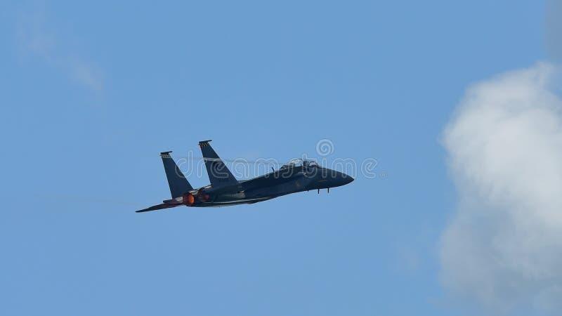 RSAF F-15SG figher strumienia spełniania aerobatics przy Singapur Airshow obrazy stock