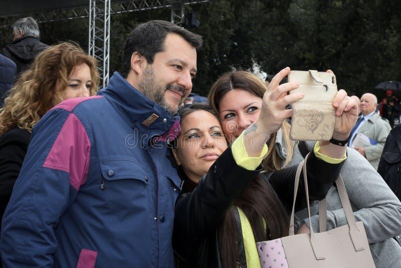 167. ?rsdag av den italienska polisen Matteo Salvini selfie arkivfoton