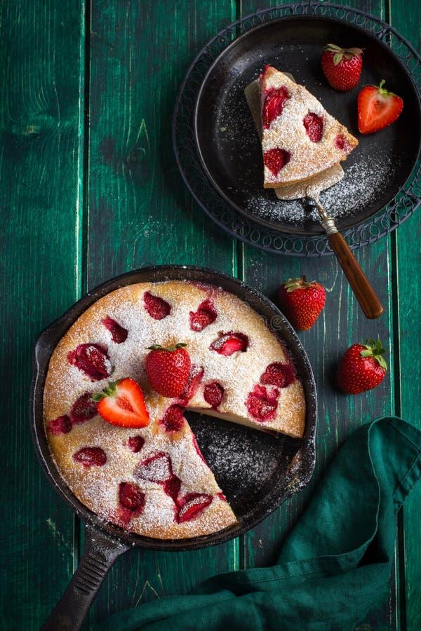 Rstic summer strawberry cake on cast iron pan stock photos