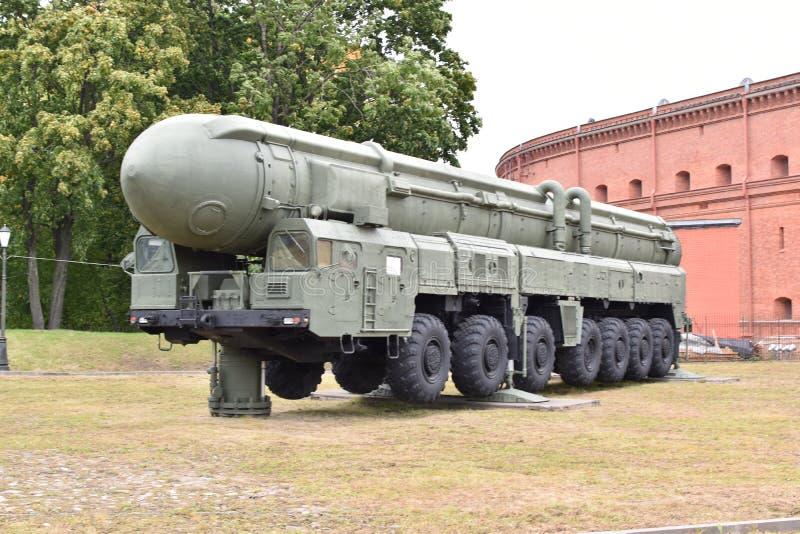 RT-2PM Topol, en sovjetisk mobil strategisk avsikt för missilsystem med tre-etapp fast-bränsle en interkontinental ballistisk mis arkivfoto