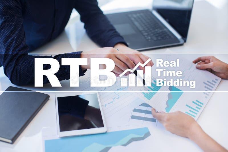 RTB - Bieden het in real time op het virtuele scherm, bedrijfsconcept stock fotografie