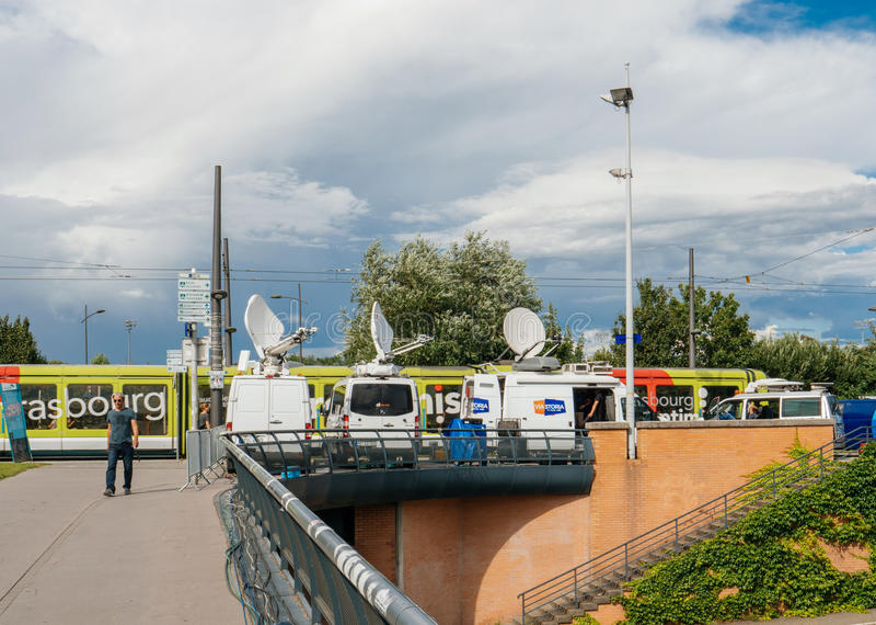 RTL Ν: Τηλεοπτικά φορτηγά MEDIA TV TV με τις πολλαπλάσια δορυφορικά παραβολικά κεραίες και τα καλώδια οπτικών ινών στοκ φωτογραφία με δικαίωμα ελεύθερης χρήσης