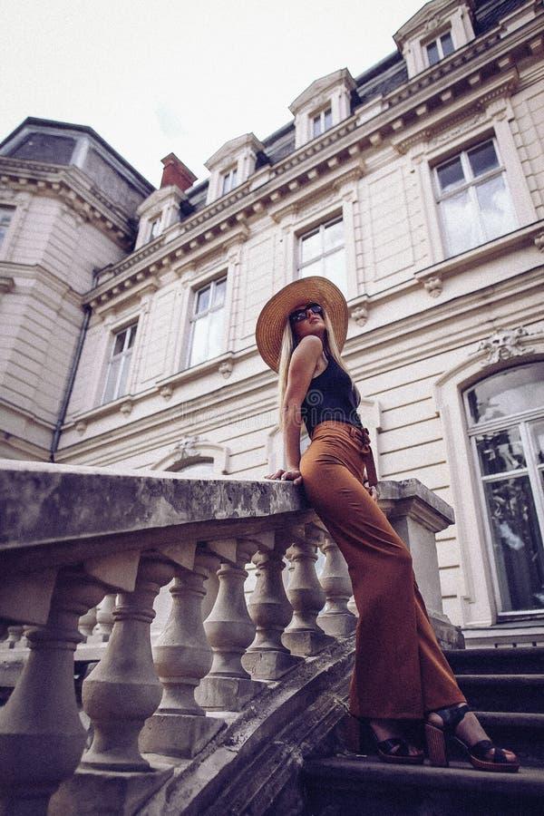 ruído Estilo do vintage Curso da mulher elegante na rua do ukrainia fotos de stock