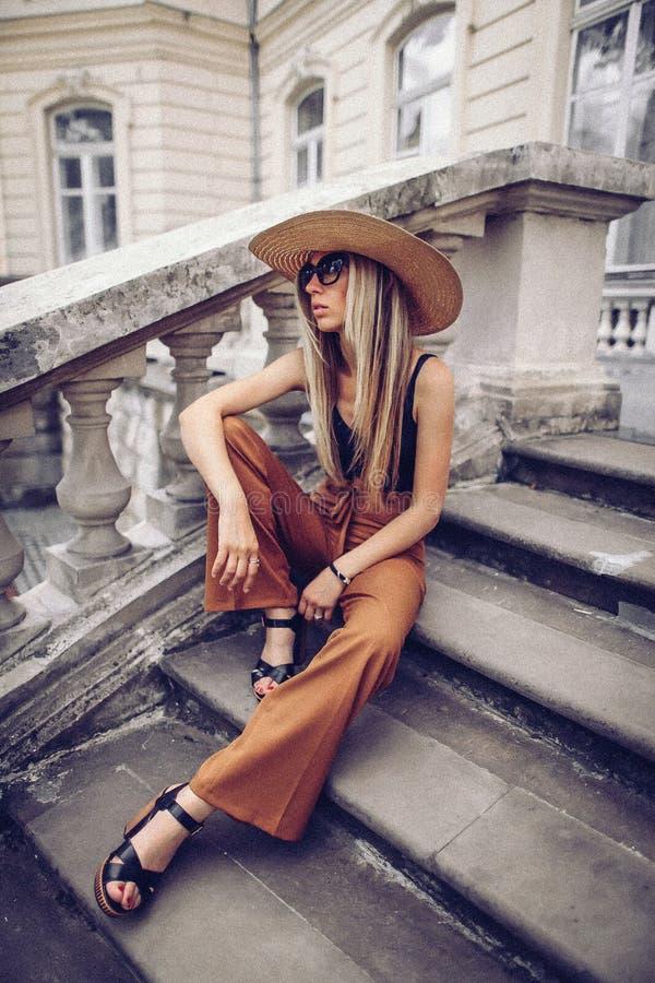 ruído Estilo do vintage Curso da mulher elegante na rua do ukrainia imagens de stock royalty free