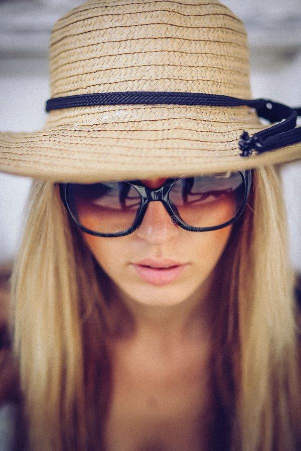 ruído Estilo do vintage Mulher à moda no chapéu branco que está em velho fotos de stock royalty free