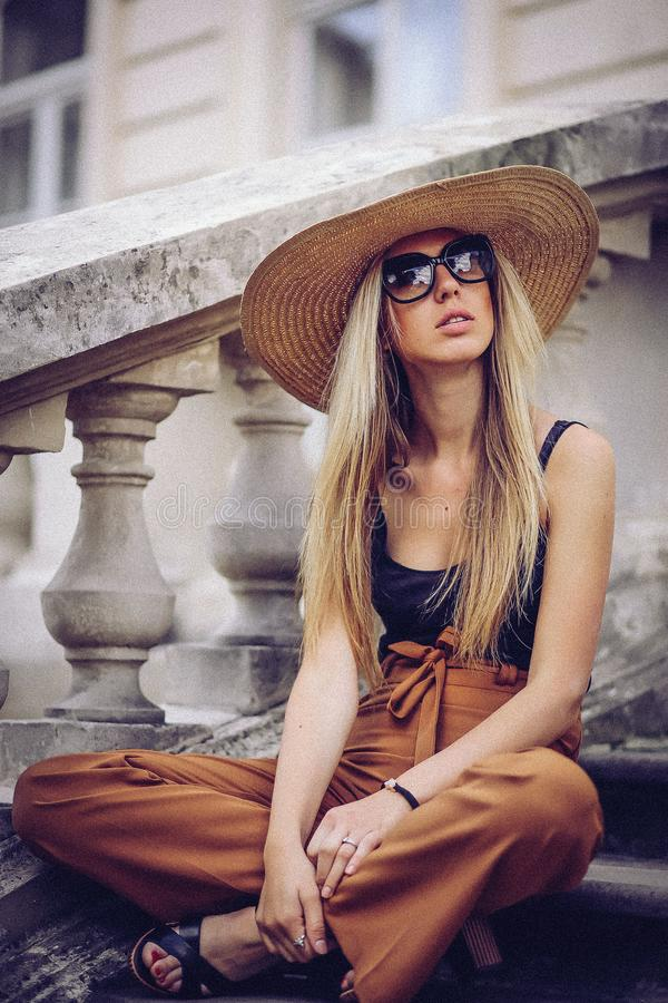 ruído Estilo do vintage Mulher elegante bonita no chapéu exterior Fá fotografia de stock royalty free