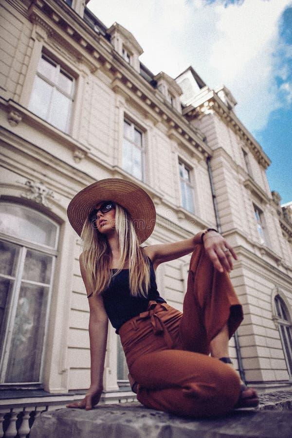 ruído Estilo do vintage Retrato da mulher em Lviv, Ucrânia Lata feliz fotografia de stock
