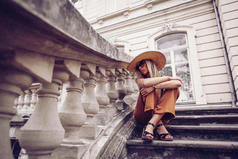 ruído Estilo do vintage Retrato da mulher em Lviv, Ucrânia Lata feliz imagem de stock royalty free