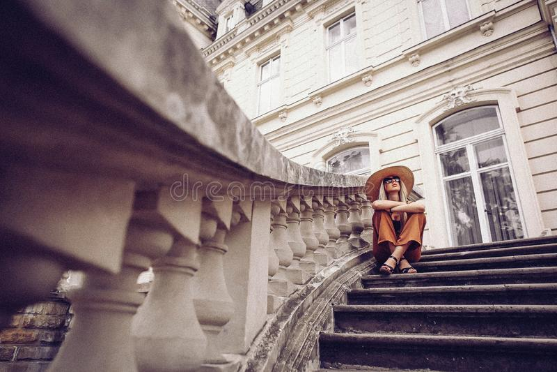 ruído Estilo do vintage Retrato da mulher em Lviv, Ucrânia Lata feliz imagens de stock royalty free