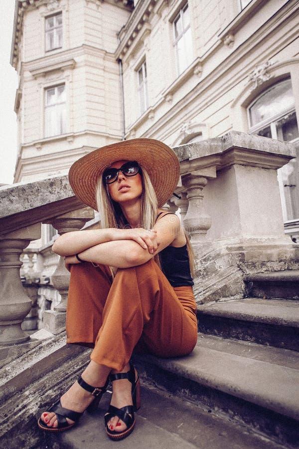 ruído Estilo do vintage Retrato da mulher em Lviv, Ucrânia Lata feliz fotos de stock royalty free