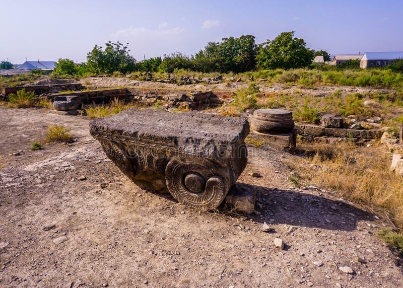 Ruína arqueológico da coluna do local de Dvin fotos de stock royalty free