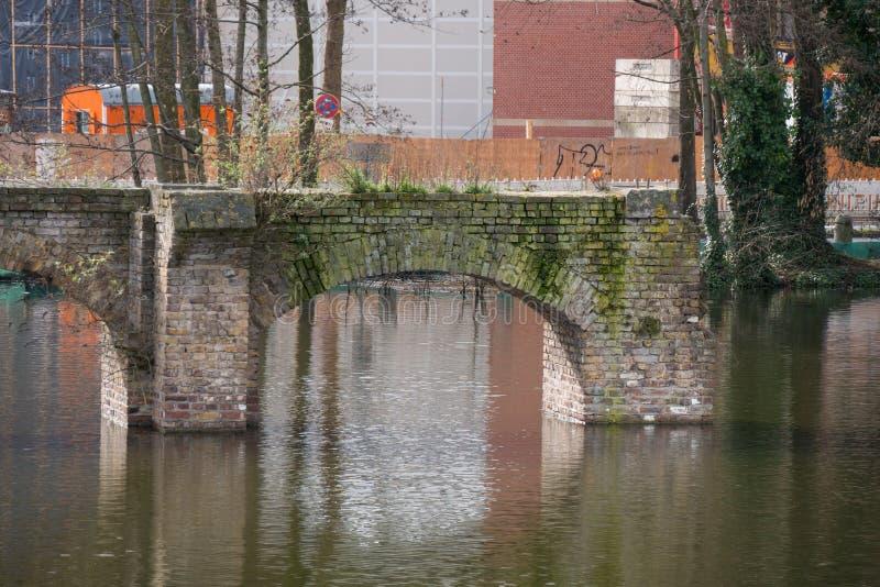 Ruína de Roman Aqueduct idoso, na água de Colônia, Alemanha imagens de stock royalty free