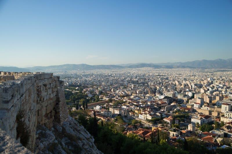 Ruína de um templo na acrópole com contexto de Atenas, Grécia fotos de stock royalty free