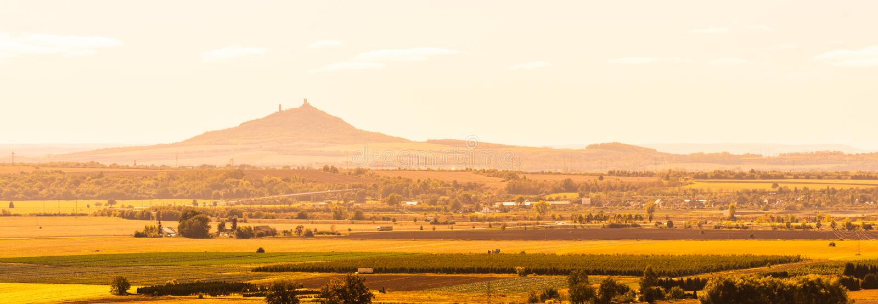 Ruína do castelo de Hazmburk no meio de Ceske Stredohori, aka montanhas boêmias centrais Paisagem com pontudo típico imagem de stock royalty free