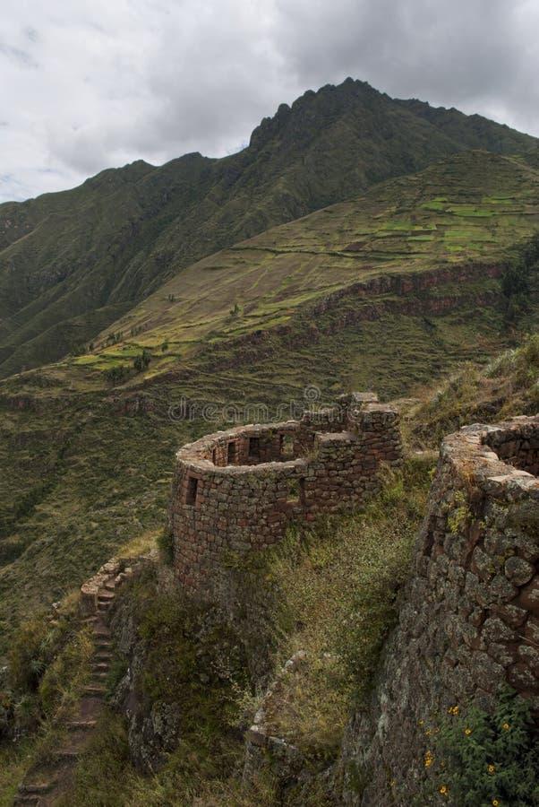 Ruína do Inca na paisagem áspera de andes imagem de stock
