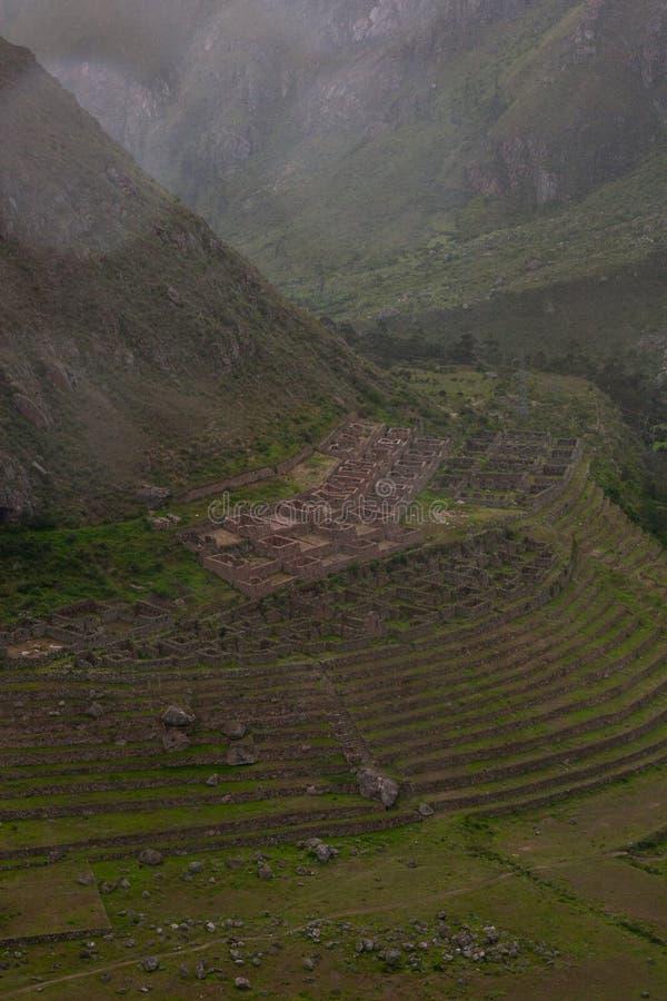 Ruína do Inca que cultiva terraços em Inca Trail a Machu Picchu peru imagens de stock royalty free