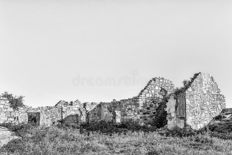 Ruína histórica na exploração agrícola de Matjiesfontein no cabo do norte monocromático fotos de stock