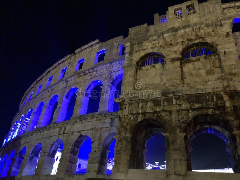 Ruína iluminada do anfiteatro nos Pula/Croácia fotos de stock royalty free