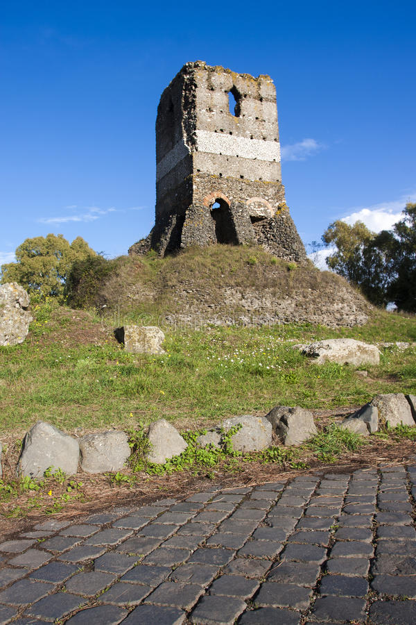 Ruína romana velha (Leonardo Tower) dentro através de Appia Antica (Roma, Itália) imagens de stock