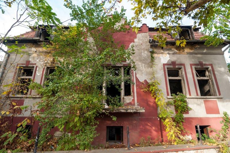 A ruína velha demuliu e casa arruinada da casa de campo queimada no fogo sem janelas que desmoronam após dano fotografia de stock royalty free