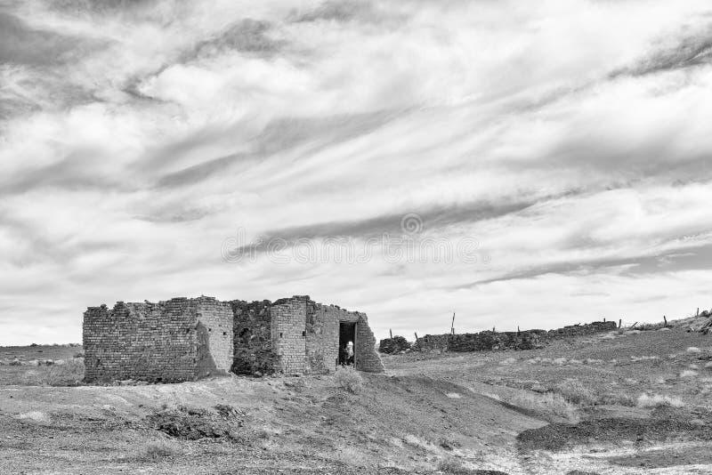 Ruína velha no Karoo de Tankwa monocromático imagens de stock