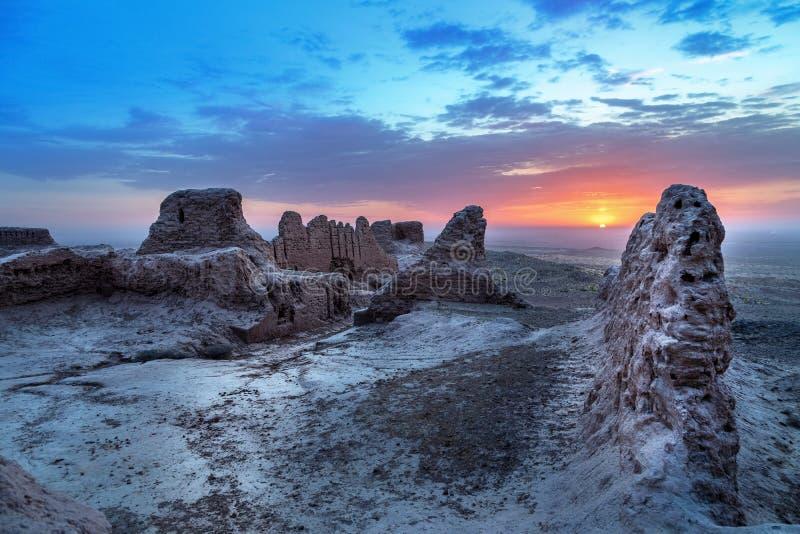 Ruínas abandonadas da fortaleza de Ayaz Kala, Usbequistão fotografia de stock